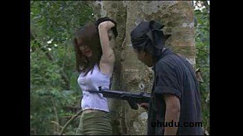 xxxหนังโป๊ไทย สาวไทยคนสวย โดนไอ้โจรหื่น ถือปืนมาจี้เย็ด